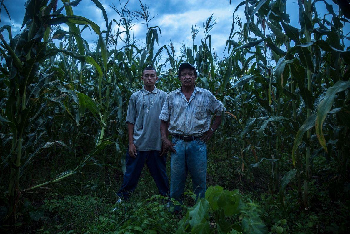 Moises et son père se tiennent sur la petite parcelle de maïs qui appartient à leur ...