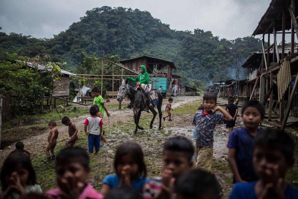 Avec quelques jouets, les enfants jouent les uns avec les autres. Divers peuples indigènes Emberá vivent ...