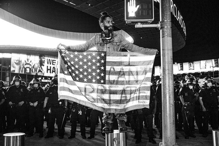 Lors d'une manifestation, un homme se faisant appeler « Royal G » est debout sur un poteau le ...