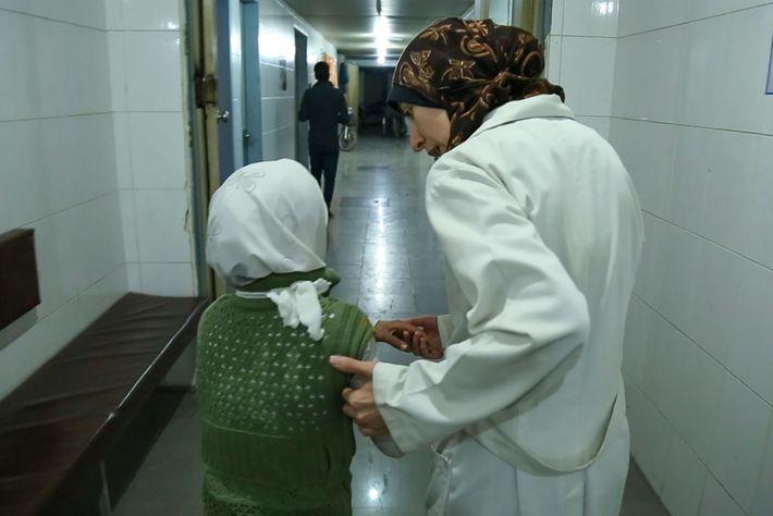 Le Dr Amani aide une jeune fille à l'entrée de l'hôpital. « Il y a des ...