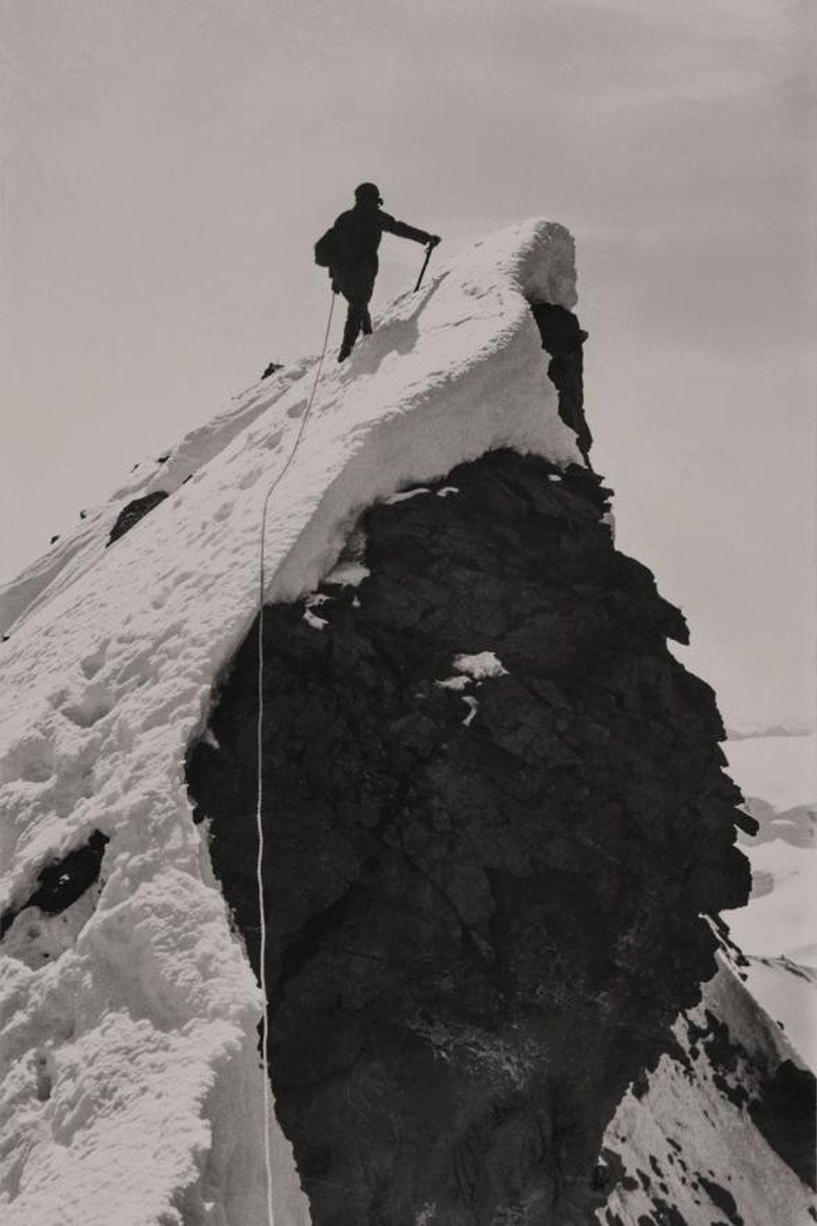 Alice Damesme grimpe la crête du Cervin. L'instant est immortalisé par sa partenaire d'alpinisme, Miriam O'Brien.