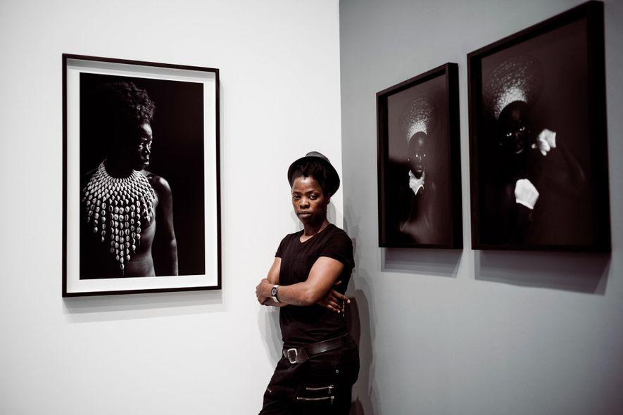 Zanele Muholi raconte l'histoire politique de l'Afrique du Sud par ses auto-portraits.