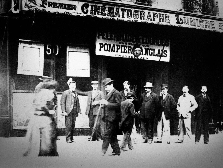 Alors que le cinéma commence à entrer dans la vie quotidienne des Français, des spectateurs se ...