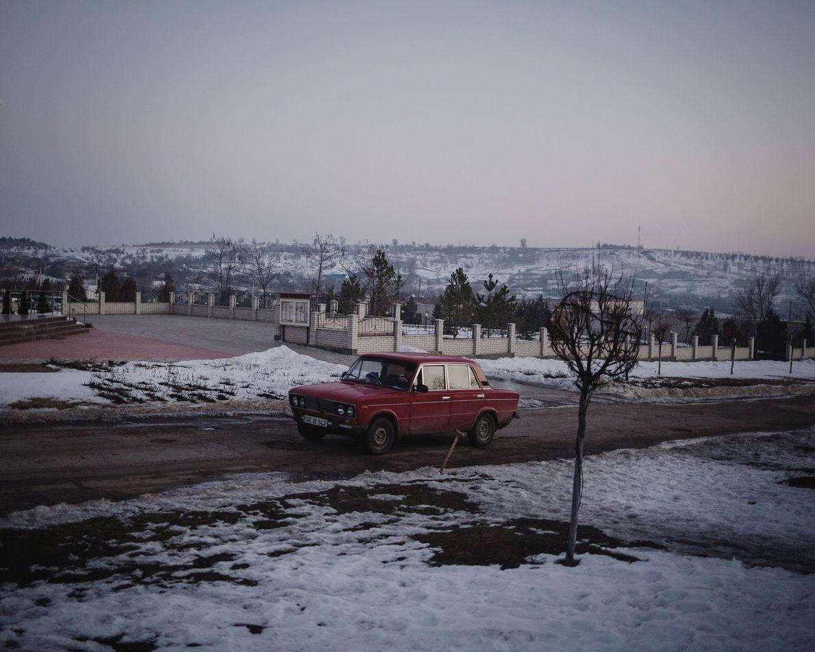 Une voiture traverse les rues d'Avdarma. Le village est en partie financé par un ancien habitant ...