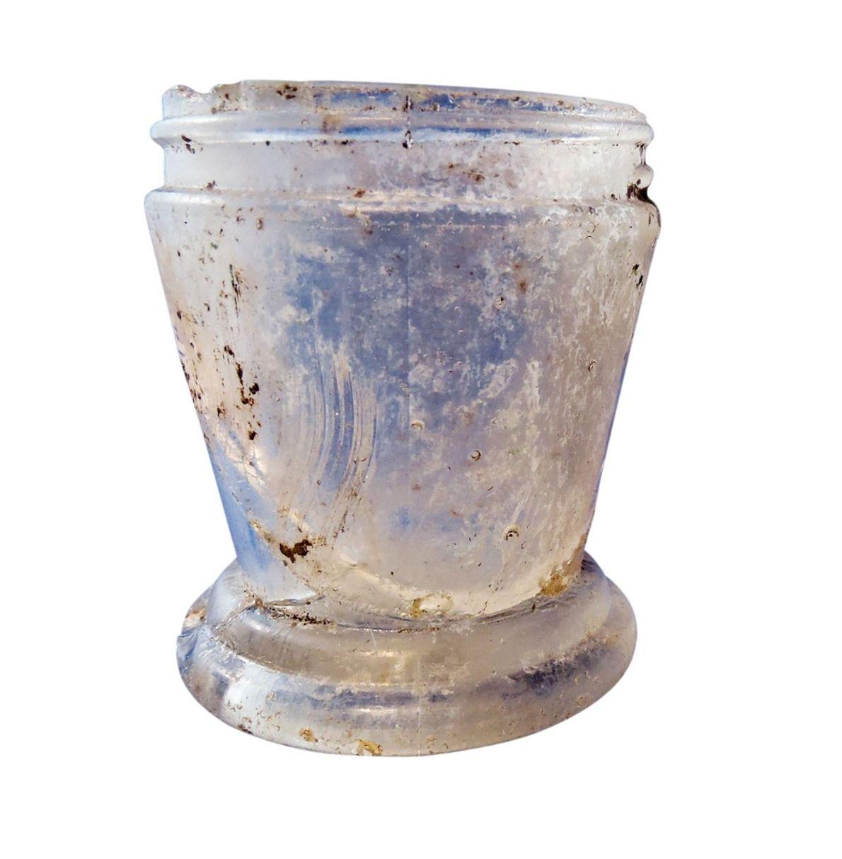 Un bocal en verre qui, selon certains, aurait contenu de la crème pour estomper les taches ...