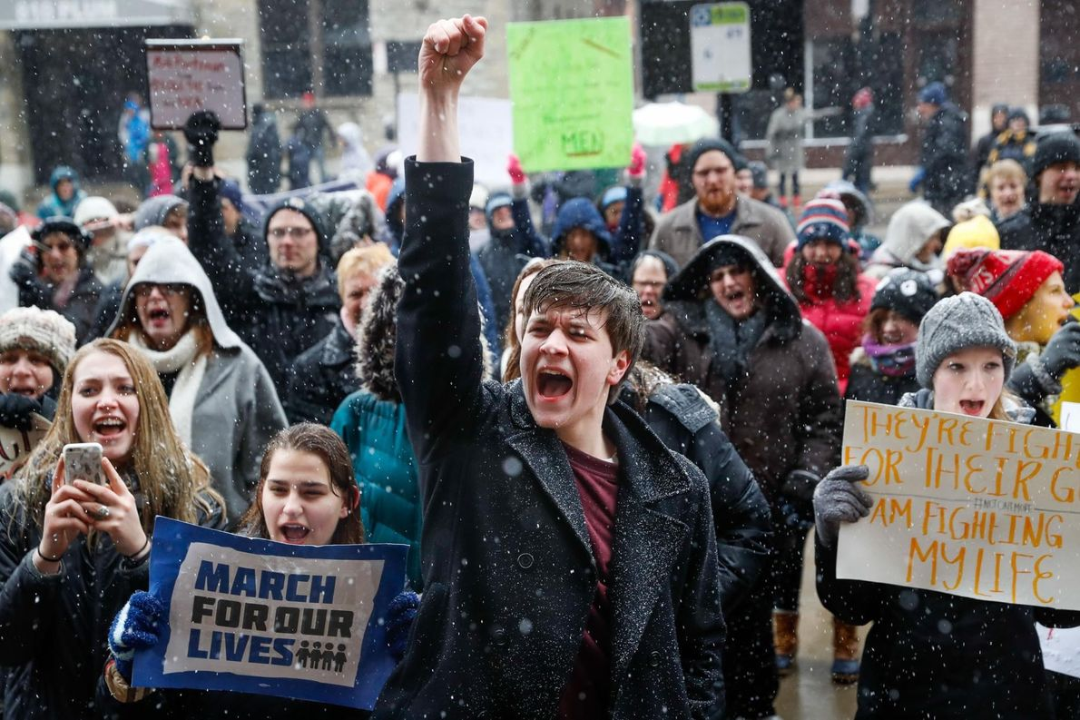 John Collins, 19 ans, étudiant à l'Université de Cincinnati, proteste devant la mairie lors de la ...
