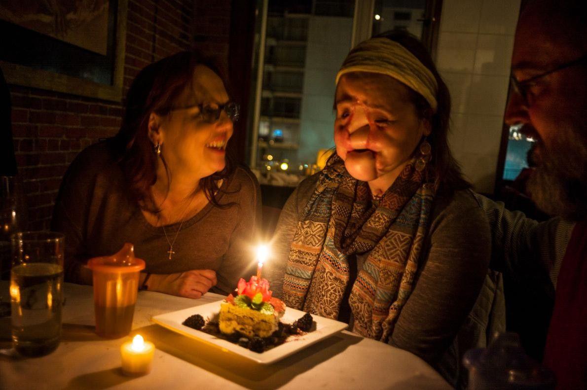 Célébrant le 21e anniversaire de Katie, sa mère lui dit de faire un vœu et de ...