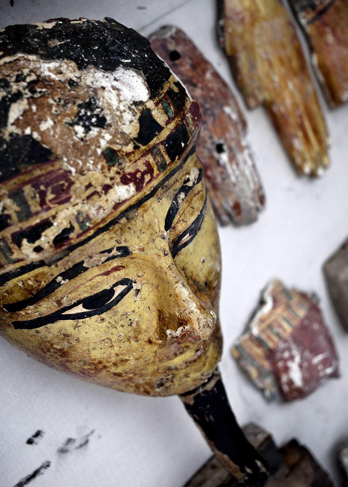 Des morceaux de cercueils en bois se trouvent à l'entrée du tombeau du Nouvel empire. Selon ...