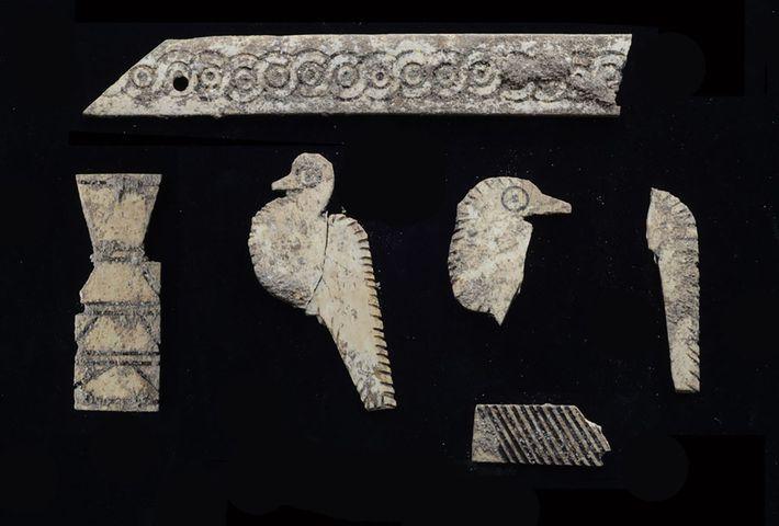 Des dizaines de plaques en ivoire incisées ont été découvertes dans le tombeau. Elles décoraient une ...