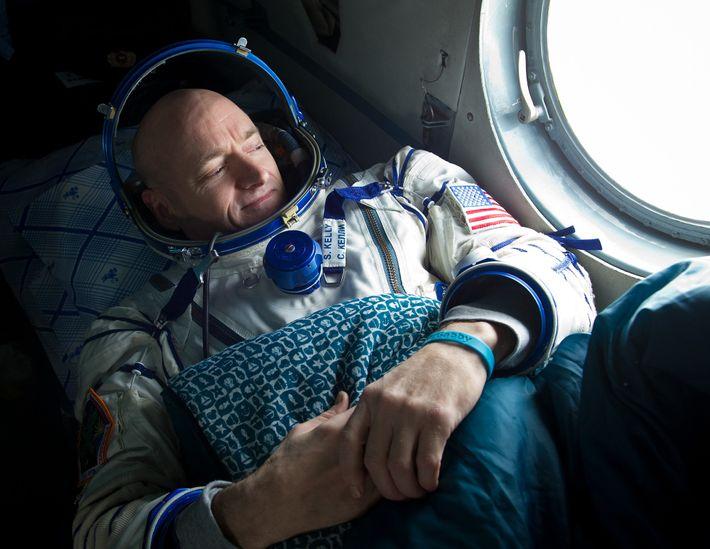 Après un séjour de six mois dans la SSI en 2011, l'astronaute Scott Kelly observe l'horizon ...