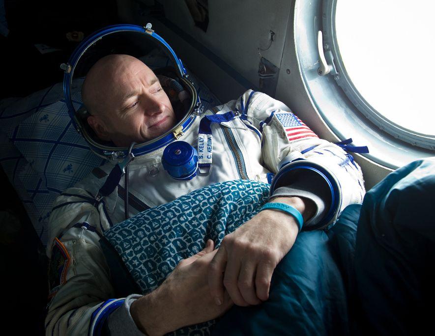 Après un séjour de six mois dans la SSI en 2011, l'astronaute Scott Kelly observe l'horizon à travers la fenêtre d'un hélicoptère de recherche et de sauvetage avant un voyage de deux heures pour Kustanay, au Kazakhstan, juste après avoir atterri à proximité de la ville d'Arkalyk.