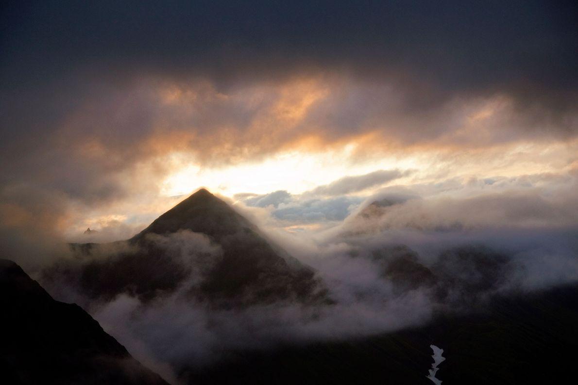 Les nuages se dissipent après une tempête dans le parc d'État de Wood-Tikchik, en Alaska.