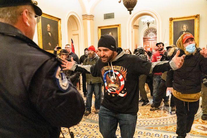 Des sympathisants de Trump confrontent des policiers au sein du Capitole. Plus de 50 officiers ont été ...