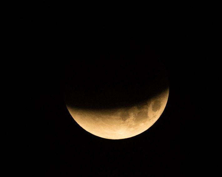 L'ombre de la Terre descend sur la pleine Lune lors d'une éclipse lunaire totale en janvier ...