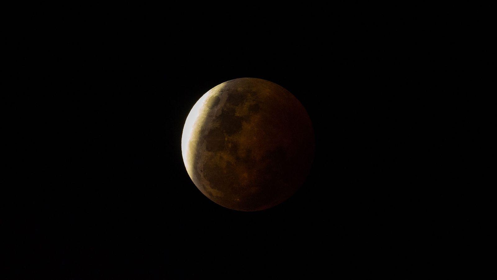 Une ombre assombrit la surface de la Lune durant une éclipse lunaire.