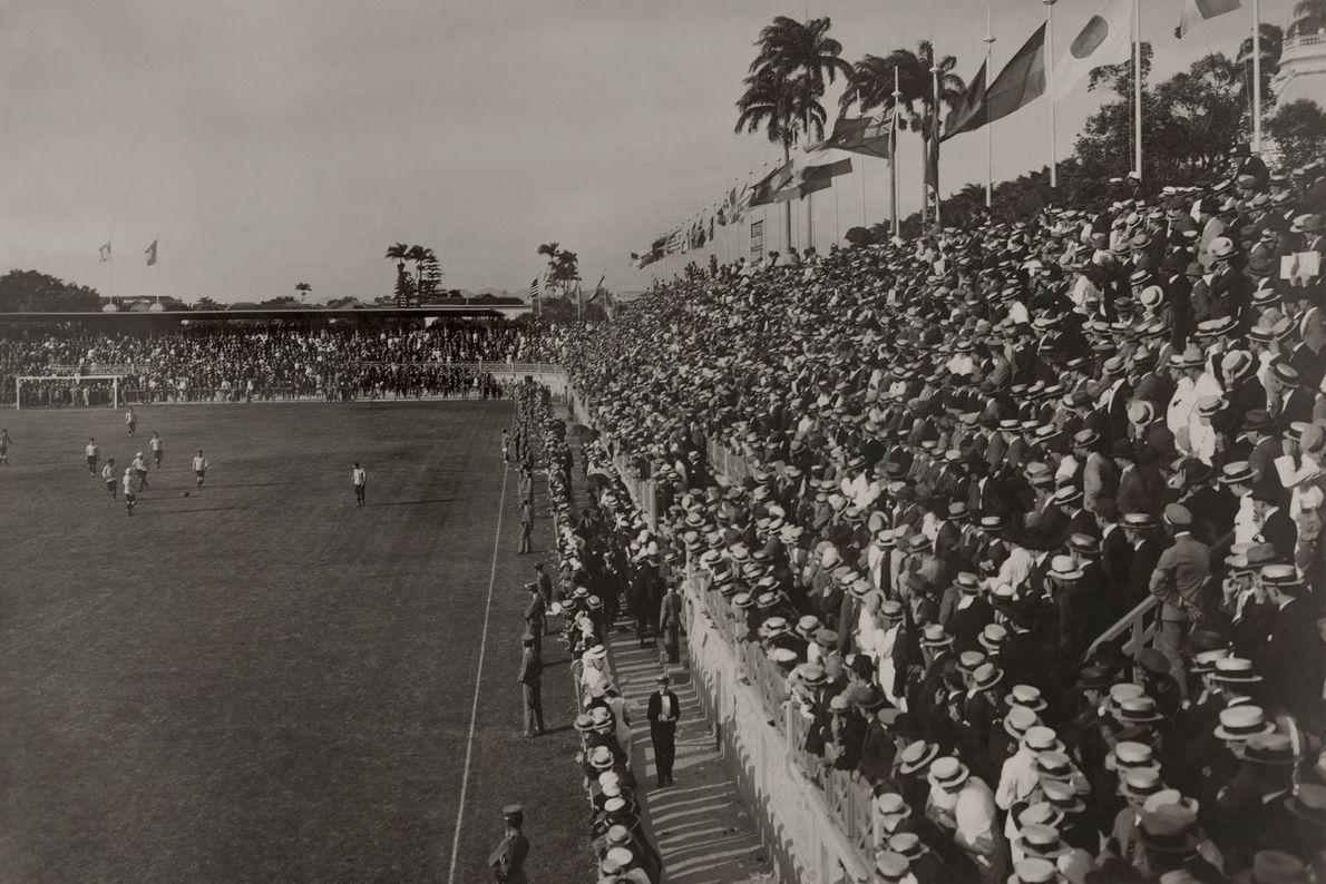En 1920, une foule immense assiste à un match de football à Rio de Janeiro.