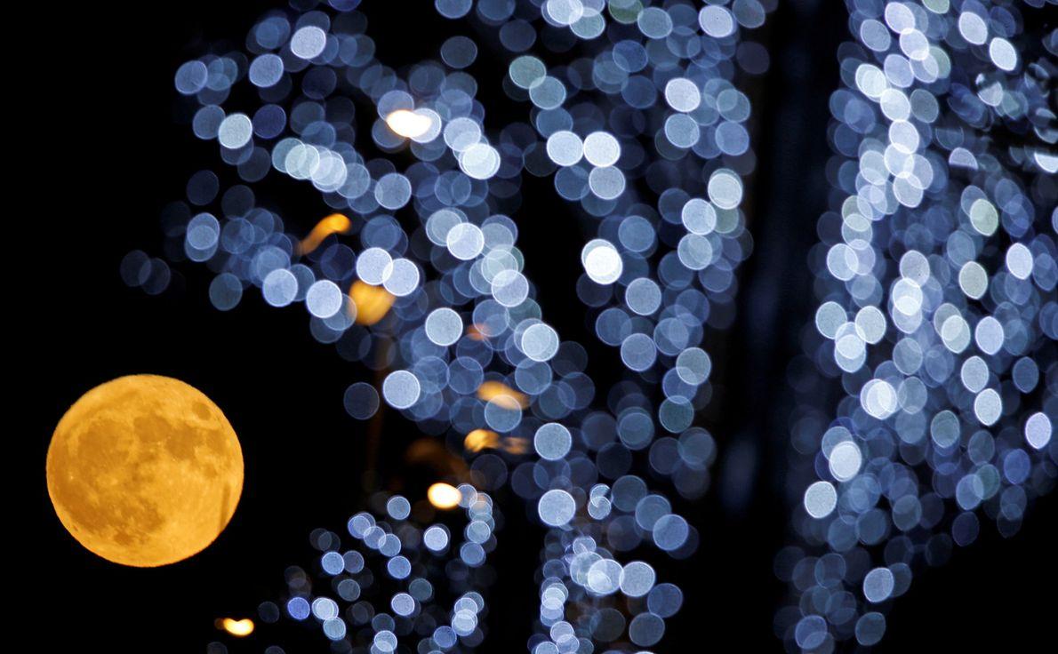 La pleine lune a été immortalisée à Marseille, dans le sud de la France.