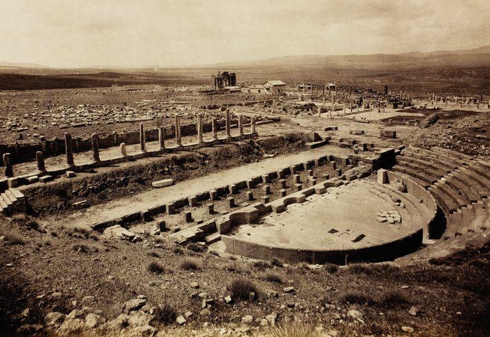 L'amphithéâtre de Thamugadi a été construit au 2e siècle. Photographié ici en 1893, dix ans après ...