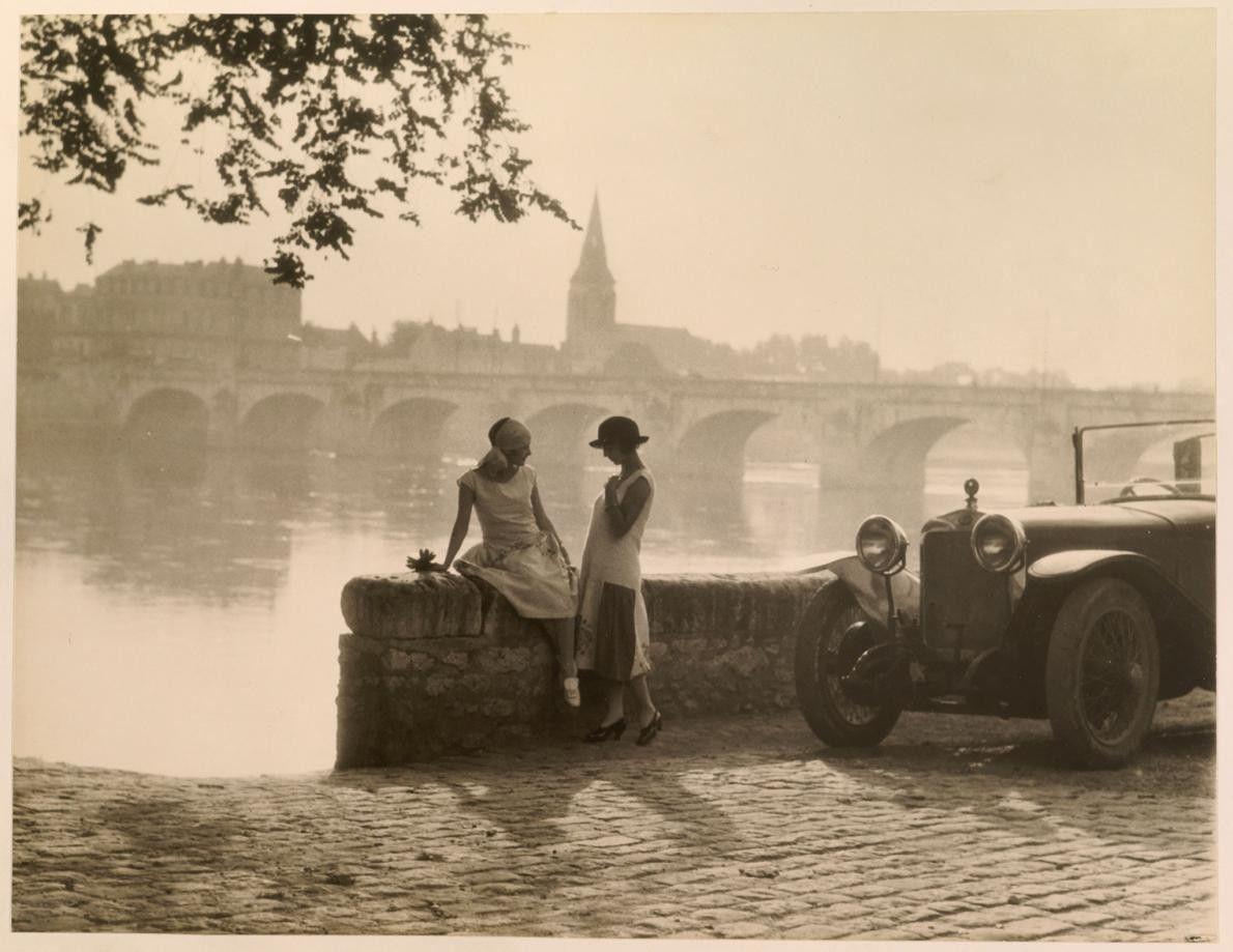 Des femmes conversent le long des rives de la Loire à Saumur, en France.