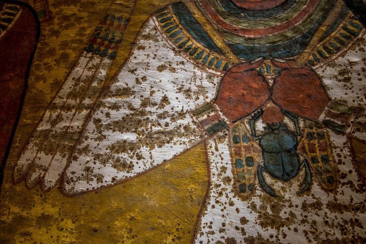Sur une section du mur nord, une peinture a été appliquée sur de la pierre nue ...