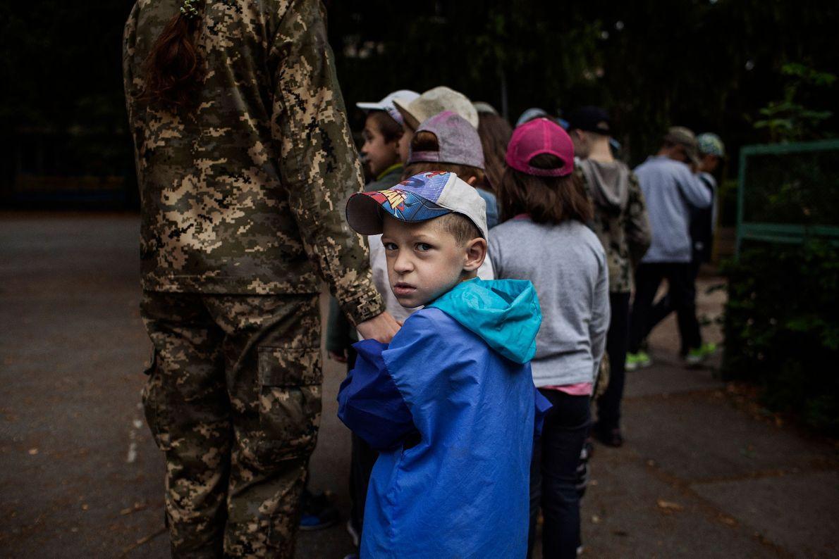 Un formateur volontaire accompagne le plus jeune groupe du LIDER, un camp pour enfants âgés de ...