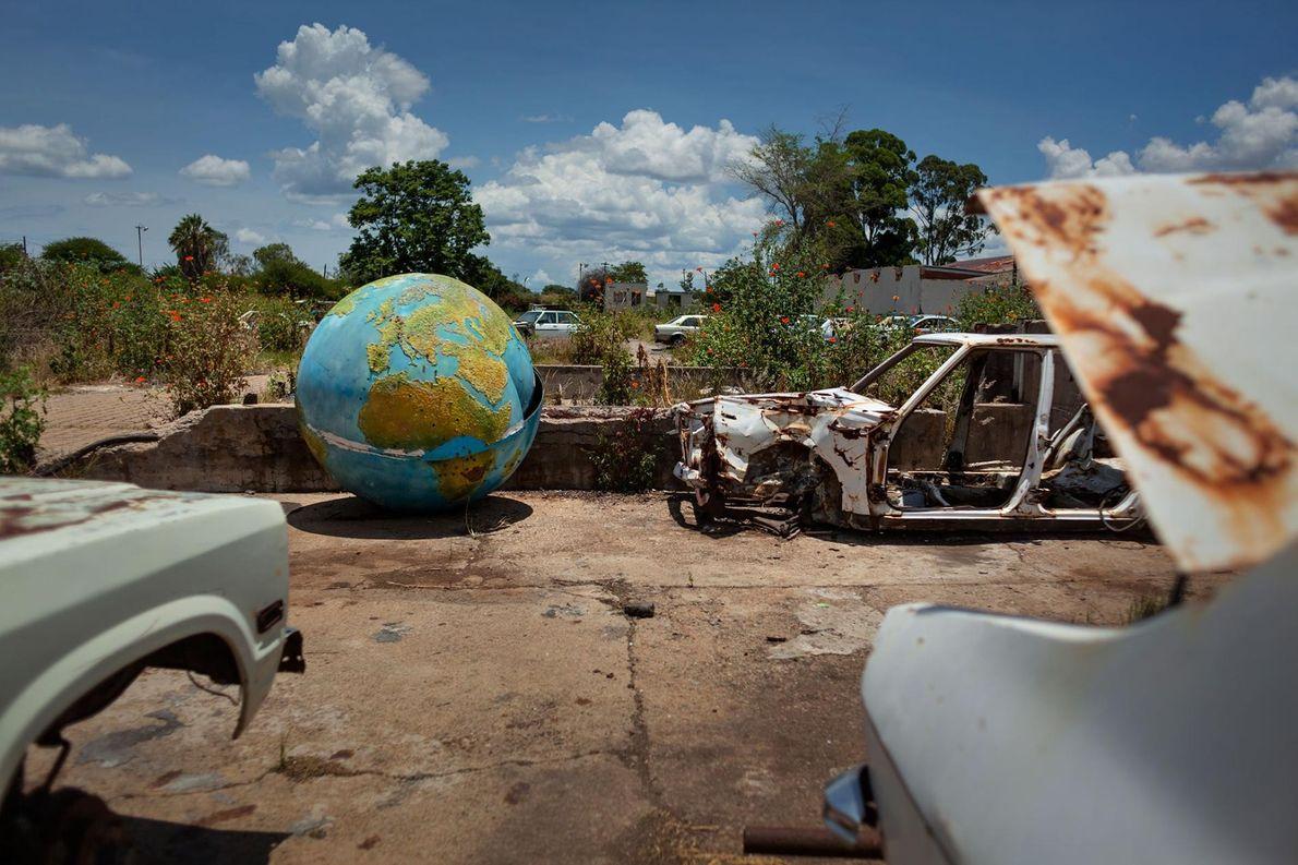 Sur le terrain abandonné d'un abattoir à Bulawayo, un globe terrestre localise les anciens marchés d'export ...