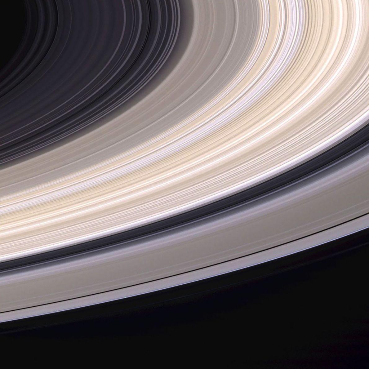 Neuf jours avant d'entrer dans l'orbite de Saturne, Cassini a capturé cette magnifique image des anneaux ...