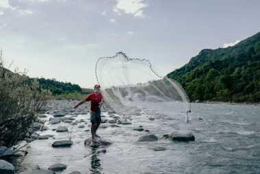 Robert Tabacu est un guide de randonnée et un organisateur de circuits en rafting. En soirée, ...