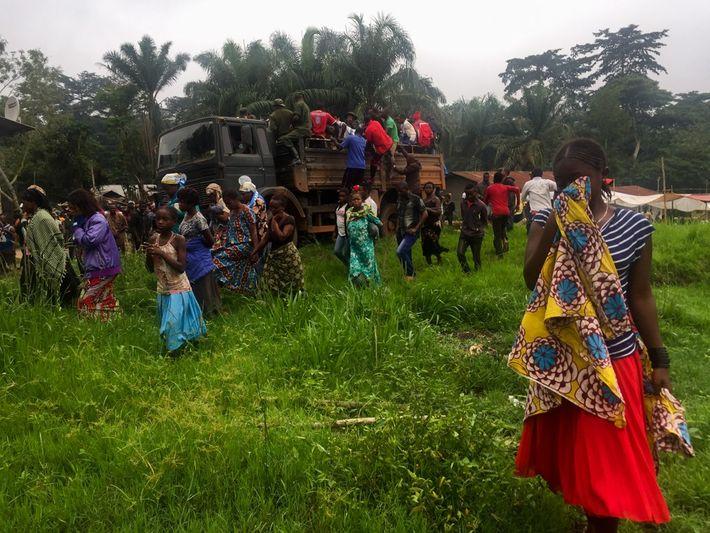 Les cercueils des cinq personnes tuées à l'avant-poste de gardes sont chargés dans un camion pour ...