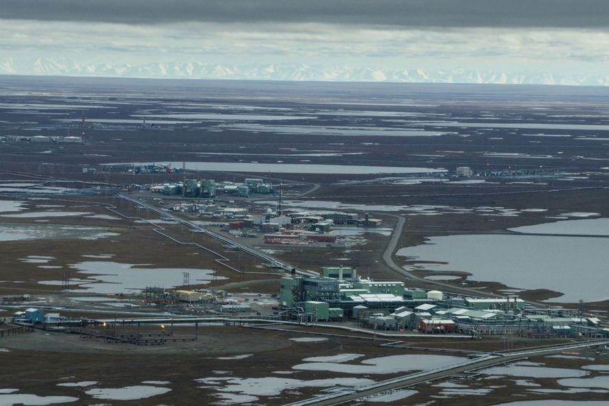 Cette photo du champ pétrolifère de Prudhoe Bay, situé à l'ouest du Refuge faunique national d'Arctique, ...