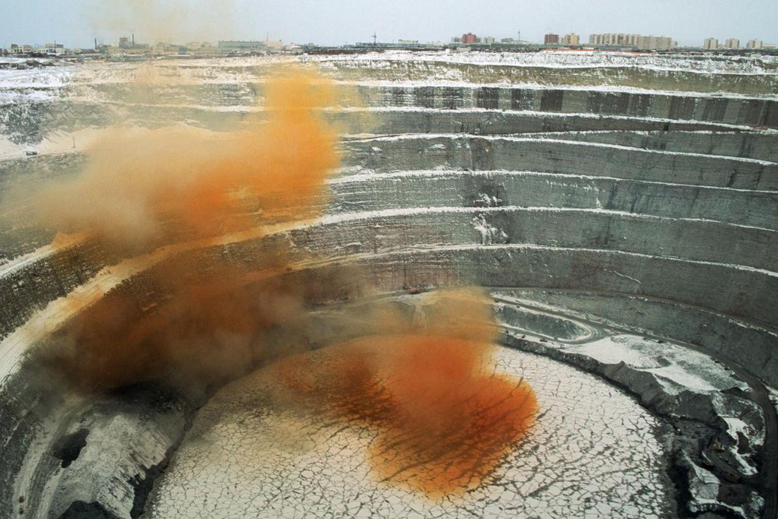 Des gaz toxiques émanent d'une mine de diamants, en Russie. Ils s'élèvent dans les airs après ...