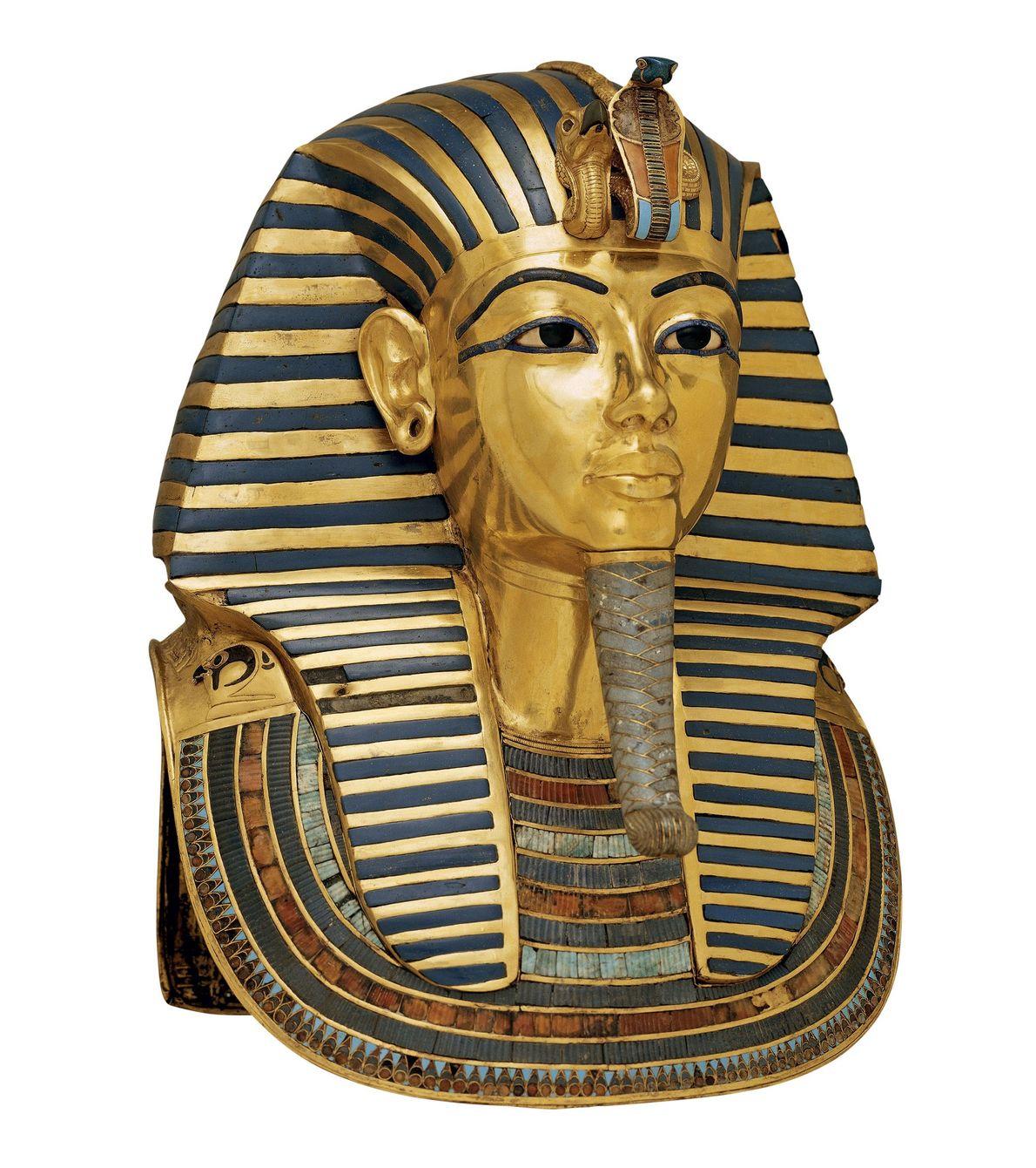 Sur la tête et les épaules de la momie avait été placé l'un des plus grands ...