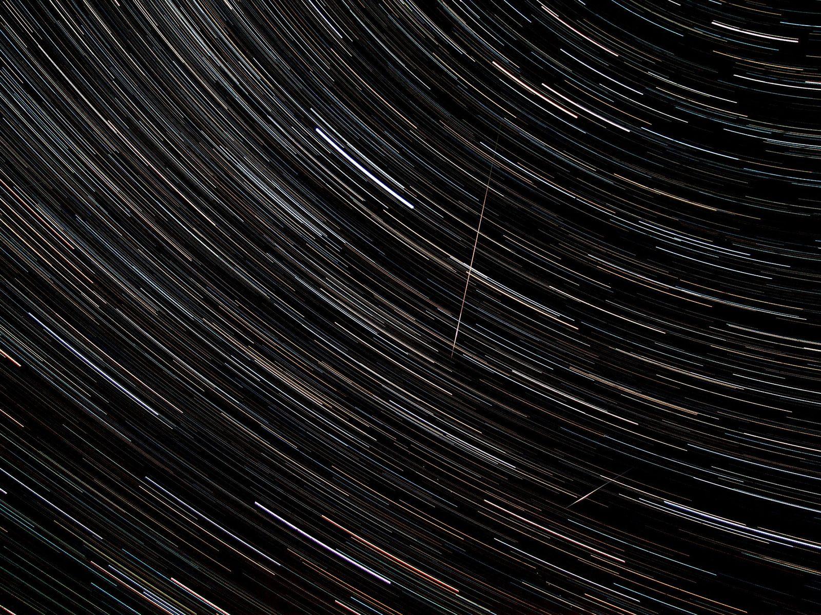 Sur cette photographie en pose longue de la pluie de météores des Perséides en Estonie, des ...