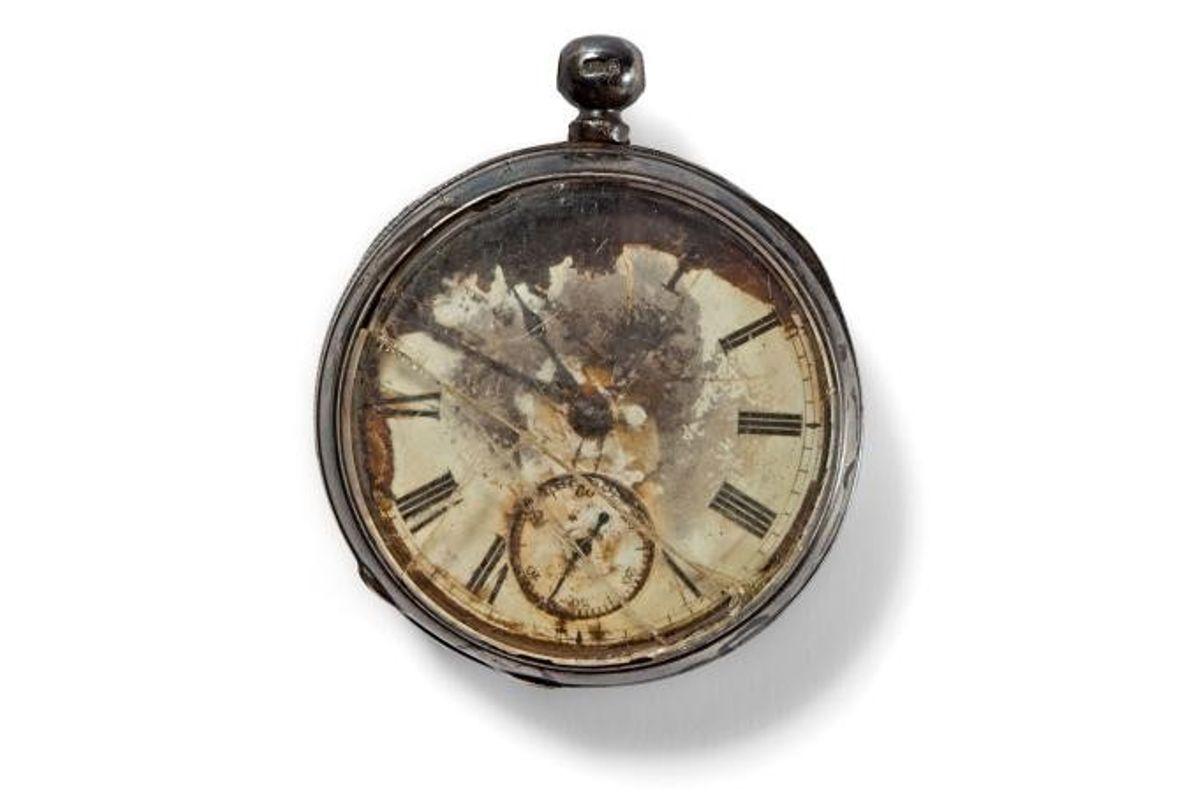 La montre de poche d'un gentleman a été découverte dans un étui en argent, réglée à ...
