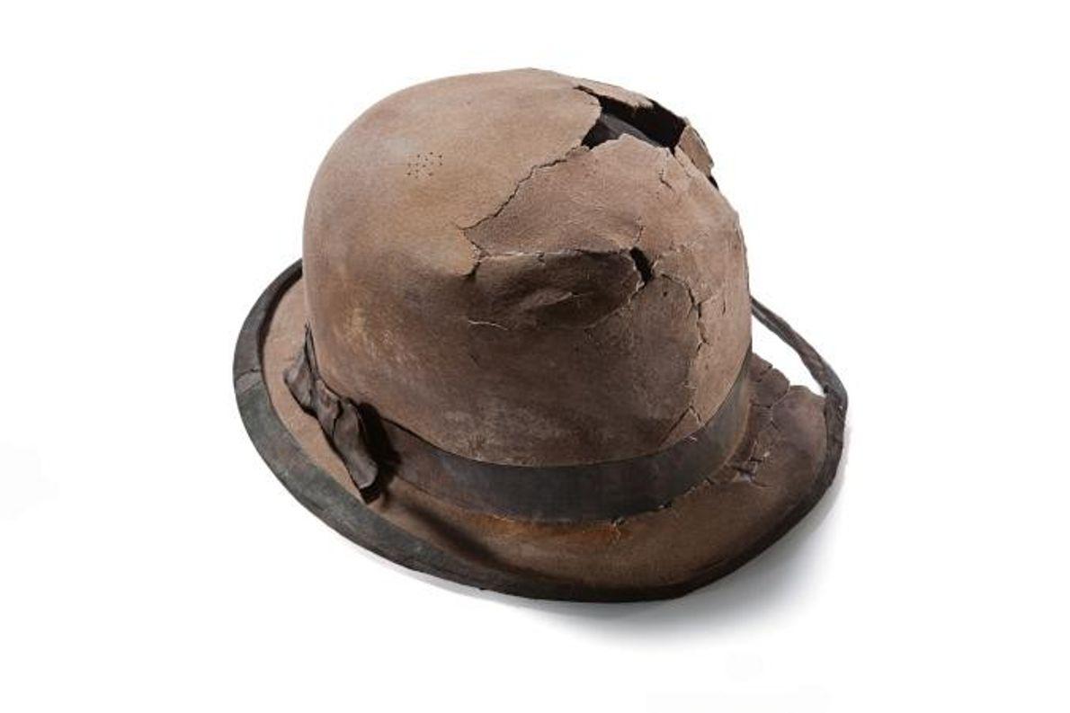 Ce chapeau de feutre doublé de fourrure de lapin appartenait vraisemblablement à un homme d'affaires. À ...