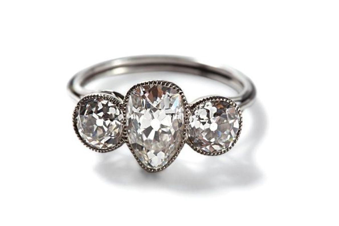 Une bague en platine sertie de diamants a été trouvée dans une pochette en cuir. Les ...