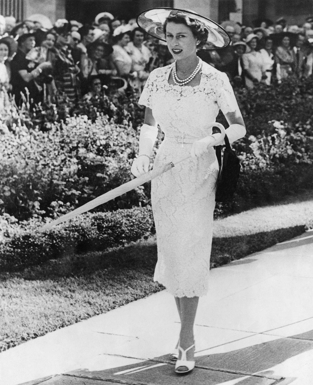 Photo de la Reine Elizabeth vêtue d'une robe de cocktail à l'occasion d'une garden party à ...