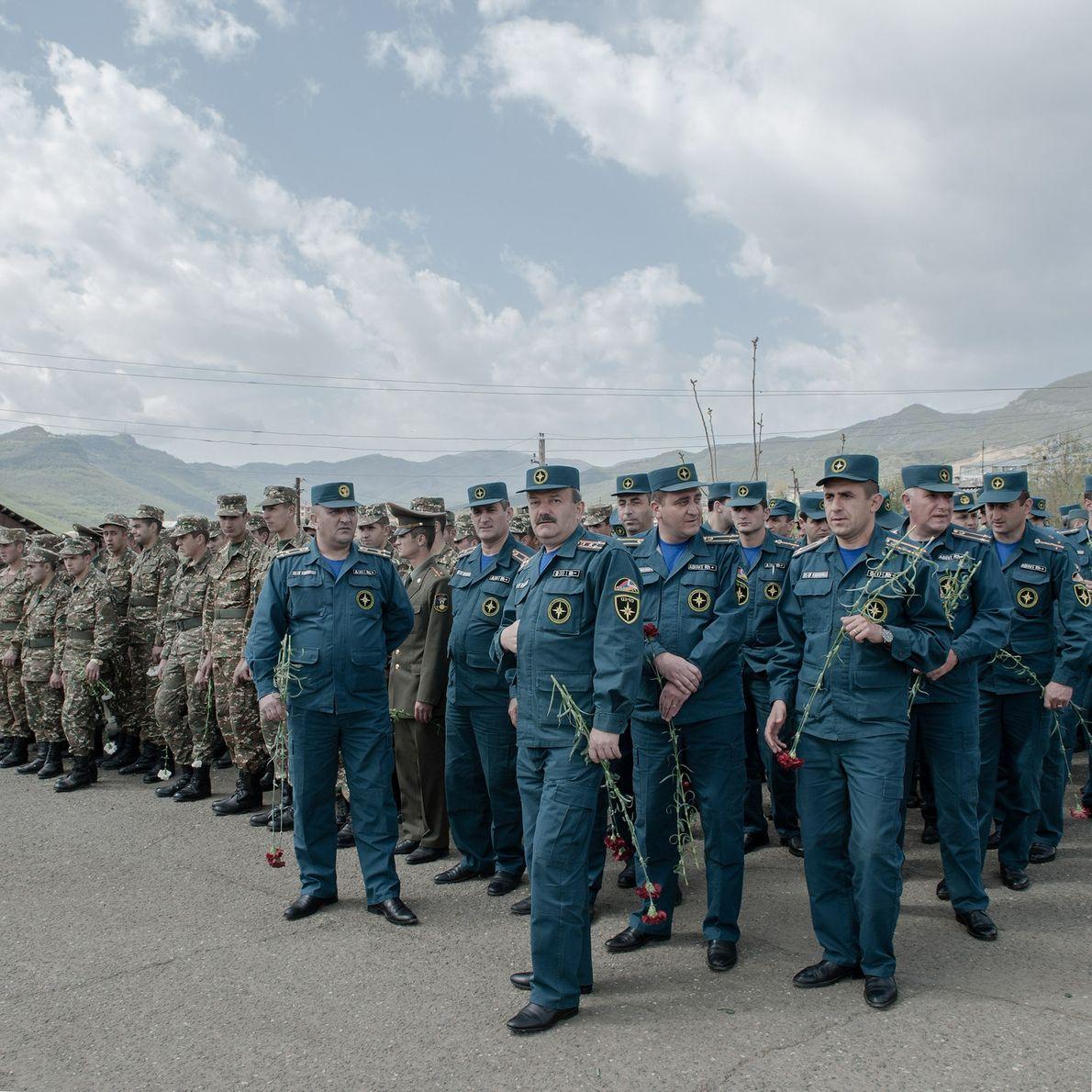 Parade militaire à Stepanakert où les vétérans et les jeunes soldats marchent côte à côte.
