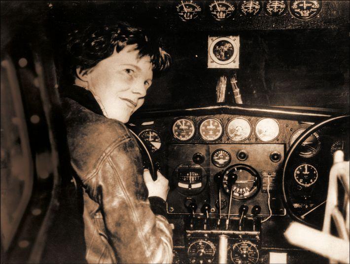 Amelia Earhart dans le cockpit de son avion, le Lockheed Electra, avant qu'il ne disparaisse en ...