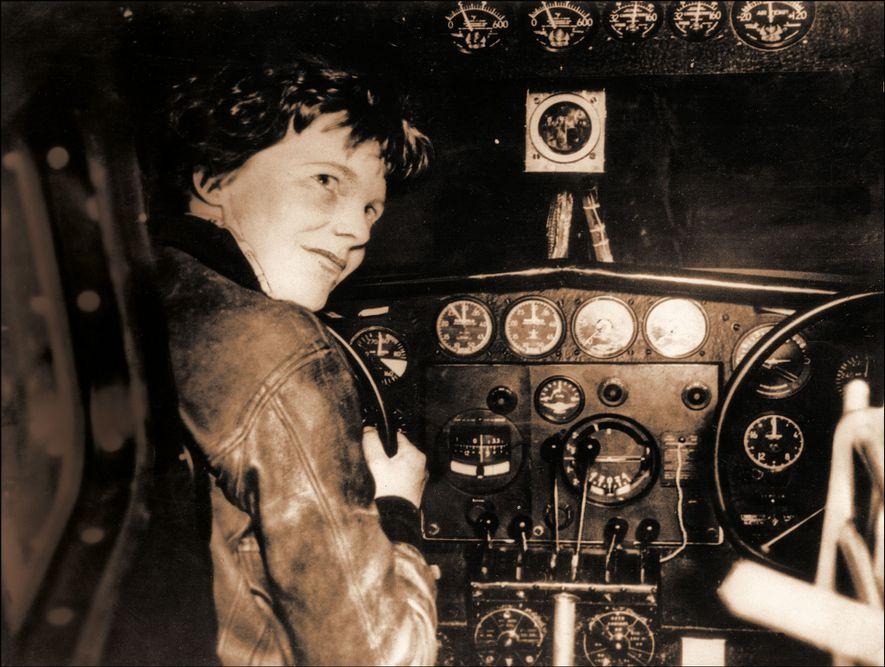 Amelia Earhart dans le cockpit de son avion, le Lockheed Electra, avant qu'il ne disparaisse en 1937.