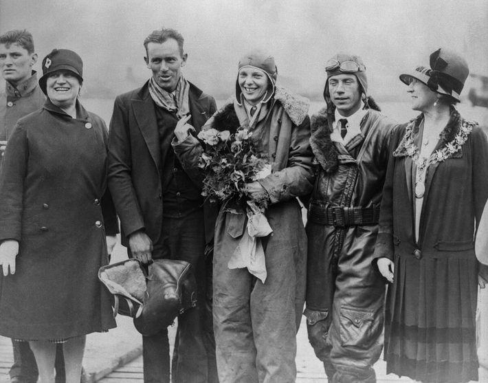 À l'atterrissage du Friendship au Royaume-Uni en 1928, Amelia Earhart est au centre de toutes les ...