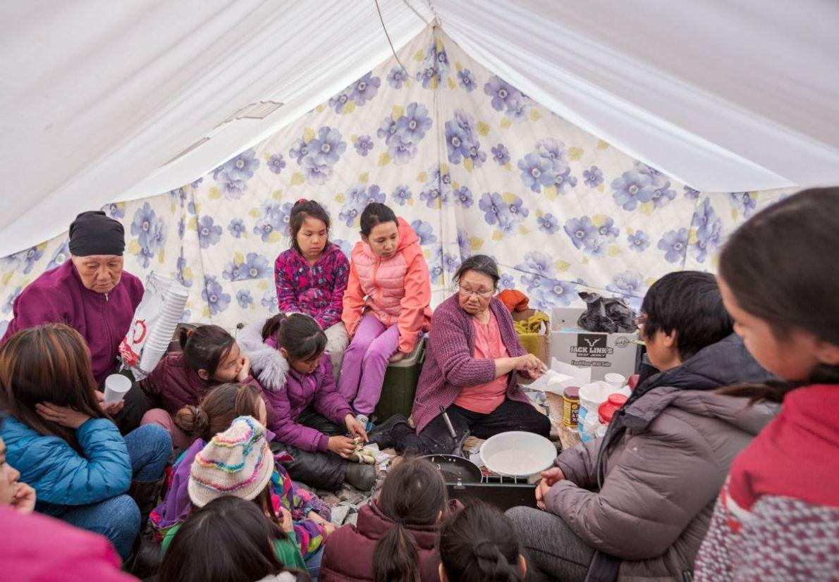 Tagoonak Qavavauq fait partie des aînés de sa communauté inuit, elle apprend aux enfants à confectionner ...