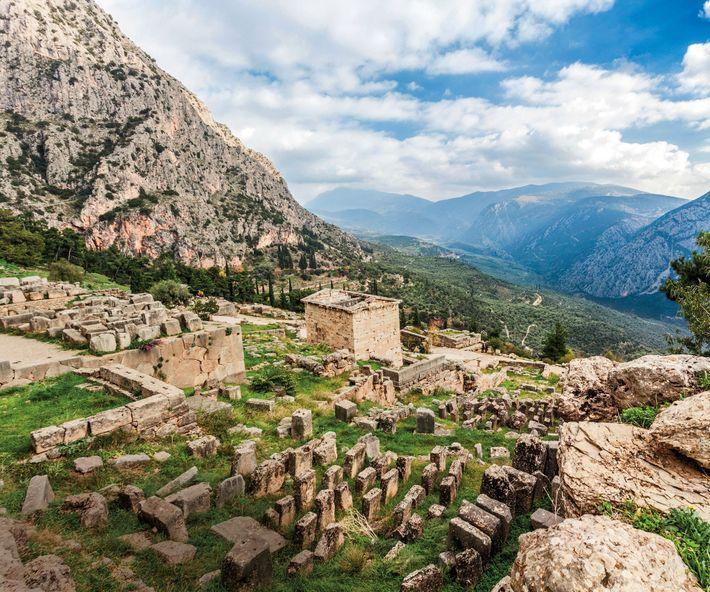 Vue arrière du trésor athénien reconstruit. Son homologue siphnien se tenait à proximité, à sa gauche, ...