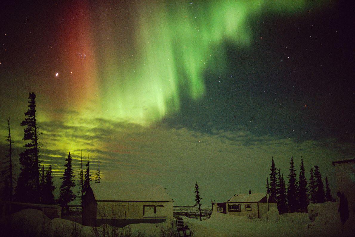 Les aurores varient en couleurs et en intensité : cela dépend du type de gaz qui ...