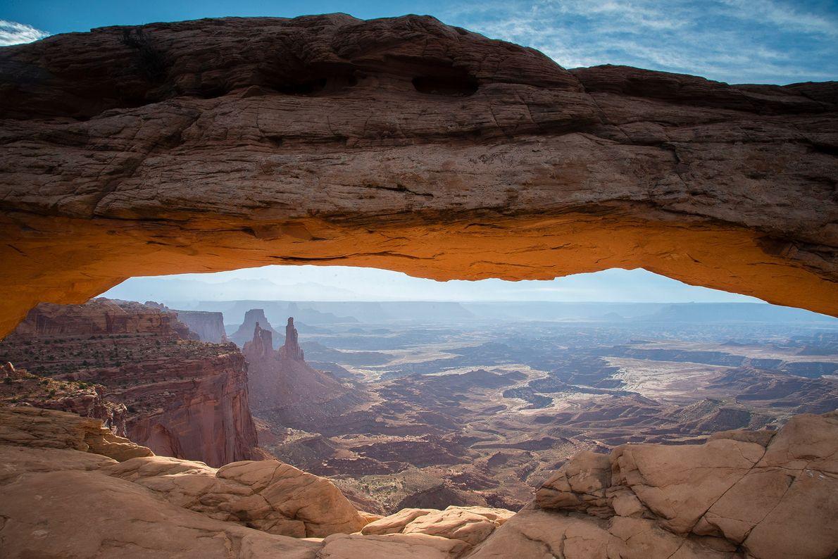 Au-dessous de Mesa Arch, le fleuve Colorado traverse le parc national de Canyonlands dans l'Utah. Le ...