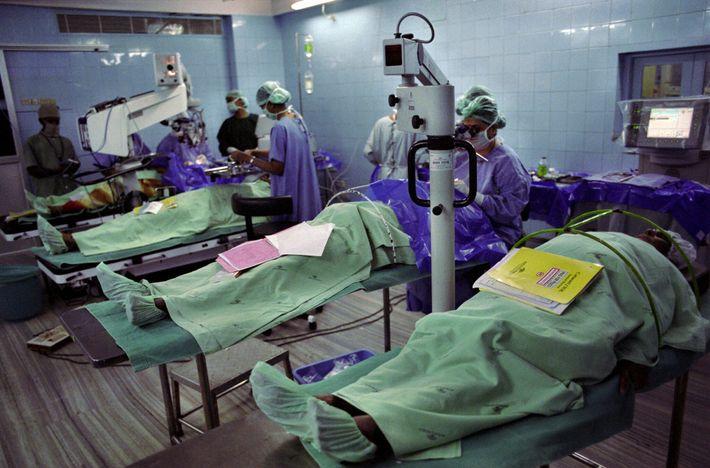 Dans le bloc opératoire de l'hôpital d'Aravind à Madurai, en Inde, les patients subissent une opération ...
