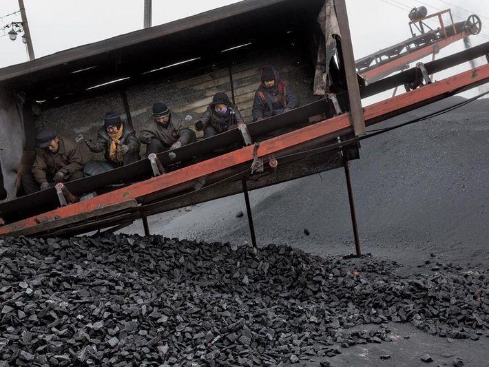Datong, Chine - Dans le terminal minier de la Province de Shanxi, les mineurs trie les ...