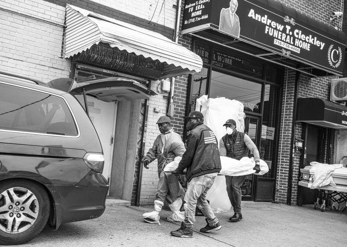 Les corps sont transportés dans une camionnette au funérarium Andrew T. Cleckley de Brooklyn. Les autorités ...