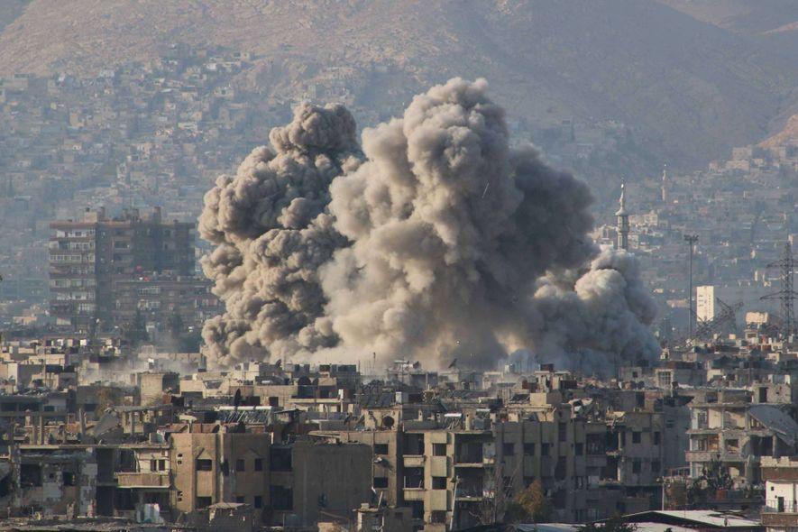 De la fumée s'élève après une frappe aérienne sur la Ghouta orientale, une ville sous le ...