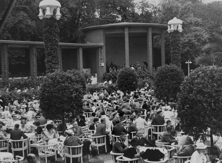 La haute-société berlinoise dîne aux terrasses des cafés. Les photographies de Chandler ne retranscrivent jamais la violence du régime nazi.